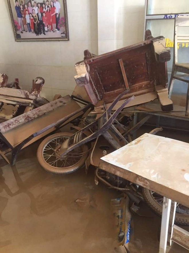 Khung cảnh nhà cửa tan hoang sau trận đại hồng thuỷ ở Quảng Bình: Tài sản bị ngâm nước nhầy nhụa bùn đất, thóc mọc mầm, vật nuôi chết hàng loạt-1