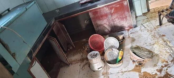 Khung cảnh nhà cửa tan hoang sau trận đại hồng thuỷ ở Quảng Bình: Tài sản bị ngâm nước nhầy nhụa bùn đất, thóc mọc mầm, vật nuôi chết hàng loạt-16