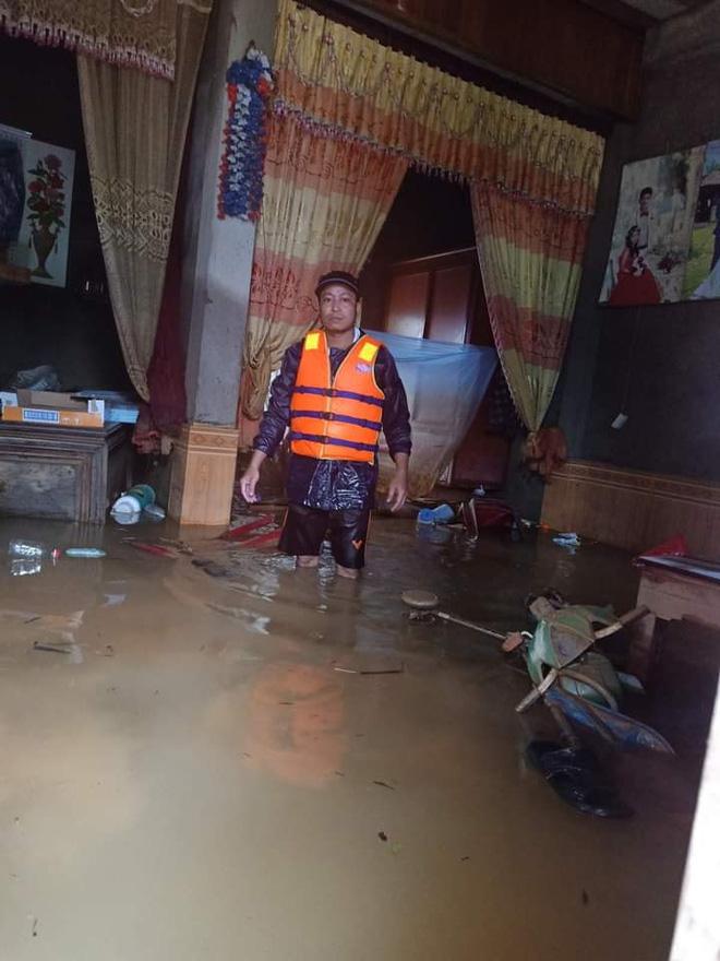 Khung cảnh nhà cửa tan hoang sau trận đại hồng thuỷ ở Quảng Bình: Tài sản bị ngâm nước nhầy nhụa bùn đất, thóc mọc mầm, vật nuôi chết hàng loạt-23