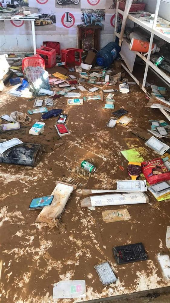 Khung cảnh nhà cửa tan hoang sau trận đại hồng thuỷ ở Quảng Bình: Tài sản bị ngâm nước nhầy nhụa bùn đất, thóc mọc mầm, vật nuôi chết hàng loạt-25