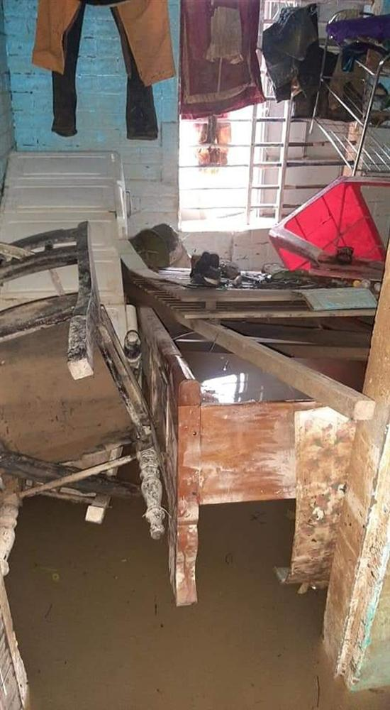 Khung cảnh nhà cửa tan hoang sau trận đại hồng thuỷ ở Quảng Bình: Tài sản bị ngâm nước nhầy nhụa bùn đất, thóc mọc mầm, vật nuôi chết hàng loạt-4