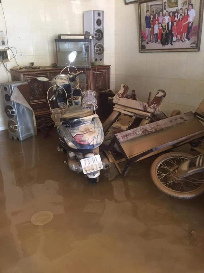 Khung cảnh nhà cửa tan hoang sau trận đại hồng thuỷ ở Quảng Bình: Tài sản bị ngâm nước nhầy nhụa bùn đất, thóc mọc mầm, vật nuôi chết hàng loạt-7
