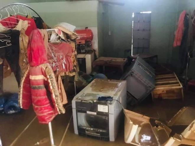 Khung cảnh nhà cửa tan hoang sau trận đại hồng thuỷ ở Quảng Bình: Tài sản bị ngâm nước nhầy nhụa bùn đất, thóc mọc mầm, vật nuôi chết hàng loạt-8