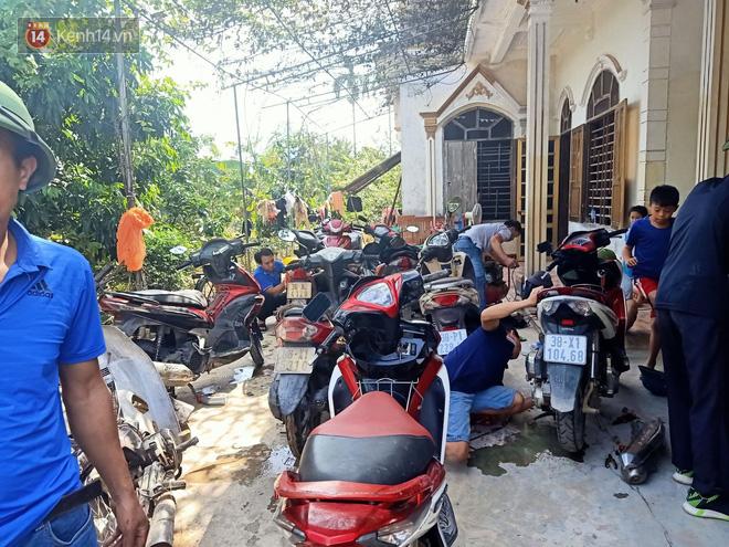 Tình người nơi lũ dữ đi qua: Hàng ngàn xe máy hỏng vì chìm trong biển nước, nhóm thợ tình nguyện sửa miễn phí cho bà con-18