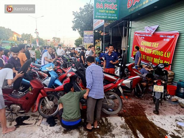 Tình người nơi lũ dữ đi qua: Hàng ngàn xe máy hỏng vì chìm trong biển nước, nhóm thợ tình nguyện sửa miễn phí cho bà con-13