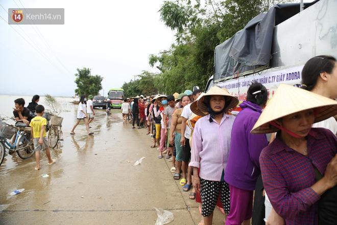 Tình người nơi lũ dữ đi qua: Hàng ngàn xe máy hỏng vì chìm trong biển nước, nhóm thợ tình nguyện sửa miễn phí cho bà con-6