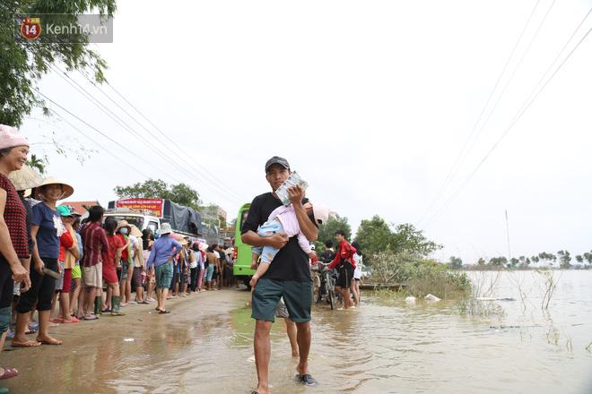 Tình người nơi lũ dữ đi qua: Hàng ngàn xe máy hỏng vì chìm trong biển nước, nhóm thợ tình nguyện sửa miễn phí cho bà con-5