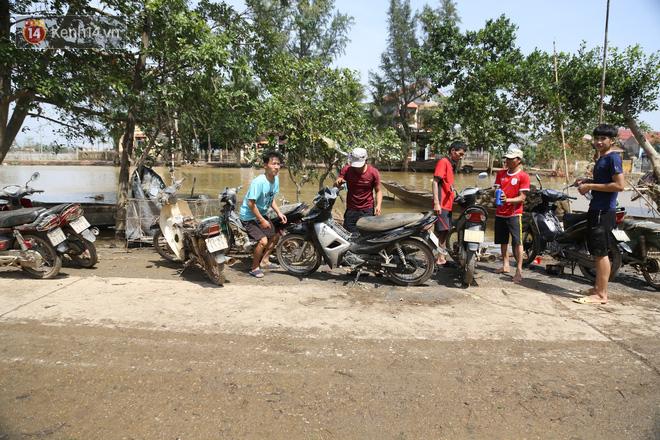 Tình người nơi lũ dữ đi qua: Hàng ngàn xe máy hỏng vì chìm trong biển nước, nhóm thợ tình nguyện sửa miễn phí cho bà con-11