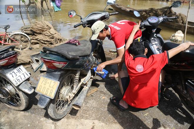 Tình người nơi lũ dữ đi qua: Hàng ngàn xe máy hỏng vì chìm trong biển nước, nhóm thợ tình nguyện sửa miễn phí cho bà con-10