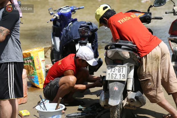 Tình người nơi lũ dữ đi qua: Hàng ngàn xe máy hỏng vì chìm trong biển nước, nhóm thợ tình nguyện sửa miễn phí cho bà con-8