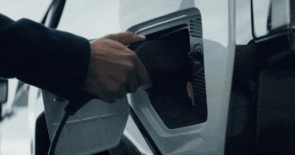 Đèn pha hiển thị sạc pin và 6 bí mật thú vị ẩn giấu trên GMC Hummer mới