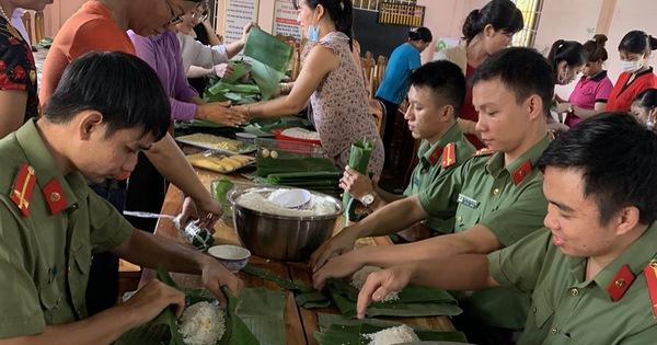 Công an Bình Phước chung tay cùng người dân gói 3.000 chiếc bánh tét tiếp sức đồng bào vùng lũ miền Trung