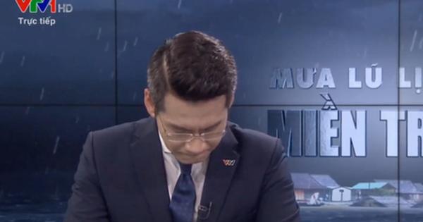 Nam MC VTV nghẹn ngào không thốt nên lời ngay trên sóng khi dẫn chương trình Thời sự trực tiếp về mưa lũ miền Trung