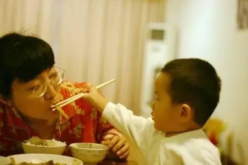 Hôn, nhai thức ăn cho trẻ: Không phải yêu thương, mà là gây tai họa khiến trẻ phải nhập viện-4
