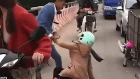 """Thấy người phụ nữ định nhảy cầu, nam thanh niên lao tới kéo xuống: """"Về đi chị ạ, người ta muốn sống chẳng được, phải nghĩ đến con mình"""""""