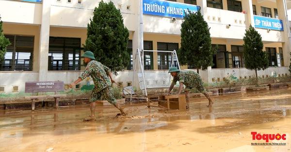Quảng Bình: Bộ đội tất bật dọn dẹp bùn đất tại trường học sau lũ lịch sử