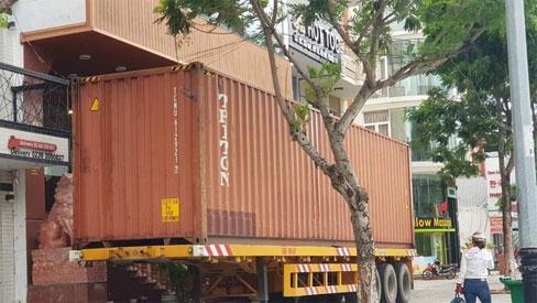 Người Đà Nẵng thuê container chắn trước khách sạn, cửa hàng để đề phòng sức tàn phá khủng khiếp của bão số 9