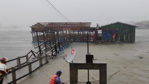 KHẨN CẤP: Đường dây nóng, số điện thoại cứu nạn người dân vùng tâm bão Quảng Ngãi cần lưu ý
