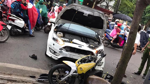 Hà Nội: Kinh hoàng ô tô