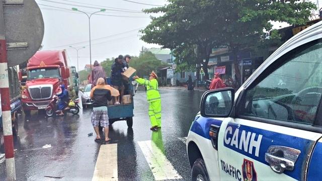 QL 1A ùn tắc hàng trăm xe do bão số 9, CSGT mang cơm miễn phí cho tài xế