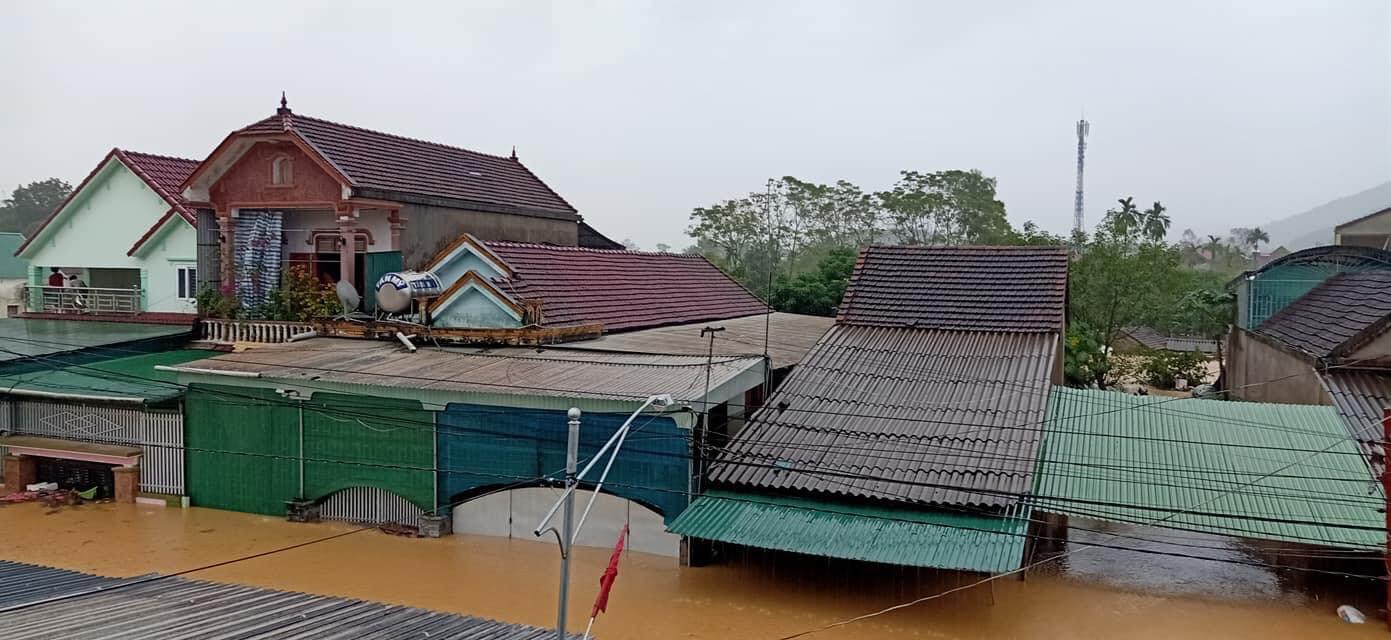 Mưa lớn không dứt, người dân Nghệ An trắng đêm chạy lũ, lên mạng cầu cứu, sáng ra nước đã ngập gần tới nóc nhà-19
