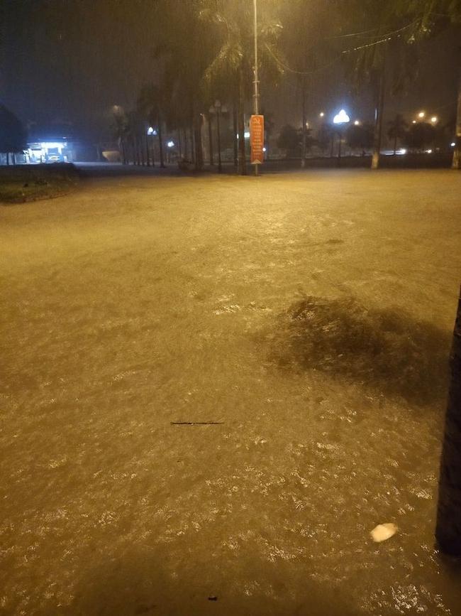 Mưa lớn không dứt, người dân Nghệ An trắng đêm chạy lũ, lên mạng cầu cứu, sáng ra nước đã ngập gần tới nóc nhà-6