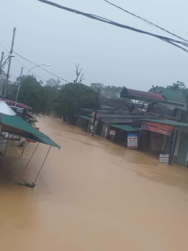 Mưa lớn không dứt, người dân Nghệ An trắng đêm chạy lũ, lên mạng cầu cứu, sáng ra nước đã ngập gần tới nóc nhà-23