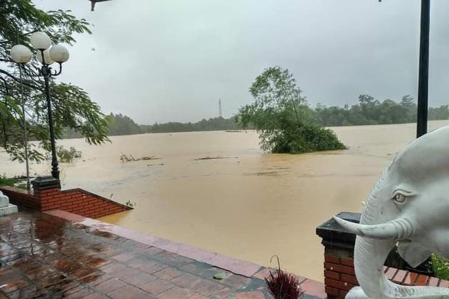 Mưa lớn không dứt, người dân Nghệ An trắng đêm chạy lũ, lên mạng cầu cứu, sáng ra nước đã ngập gần tới nóc nhà-4