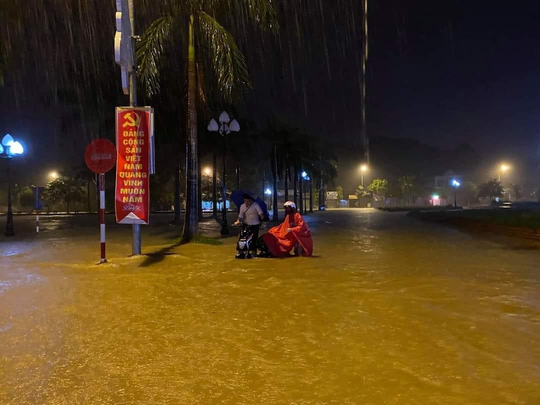 Mưa lớn không dứt, người dân Nghệ An trắng đêm chạy lũ, lên mạng cầu cứu, sáng ra nước đã ngập gần tới nóc nhà-7