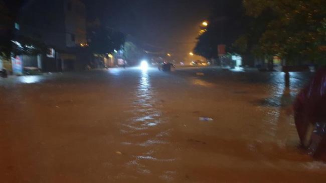 Mưa lớn không dứt, người dân Nghệ An trắng đêm chạy lũ, lên mạng cầu cứu, sáng ra nước đã ngập gần tới nóc nhà-5