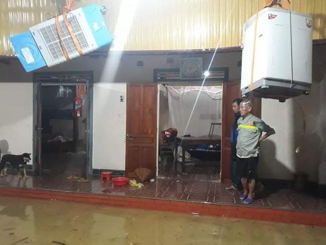 Mưa lớn không dứt, người dân Nghệ An trắng đêm chạy lũ, lên mạng cầu cứu, sáng ra nước đã ngập gần tới nóc nhà-12