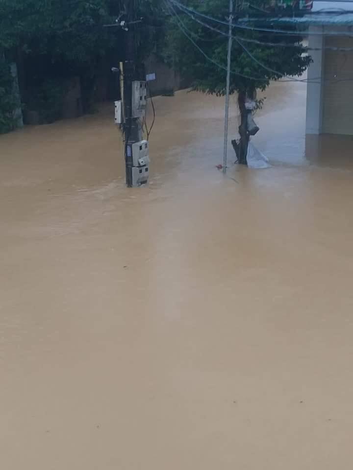 Mưa lớn không dứt, người dân Nghệ An trắng đêm chạy lũ, lên mạng cầu cứu, sáng ra nước đã ngập gần tới nóc nhà-22