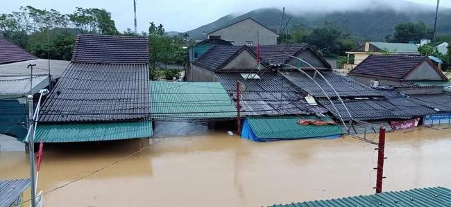 Mưa lớn không dứt, người dân Nghệ An trắng đêm chạy lũ, lên mạng cầu cứu, sáng ra nước đã ngập gần tới nóc nhà-16