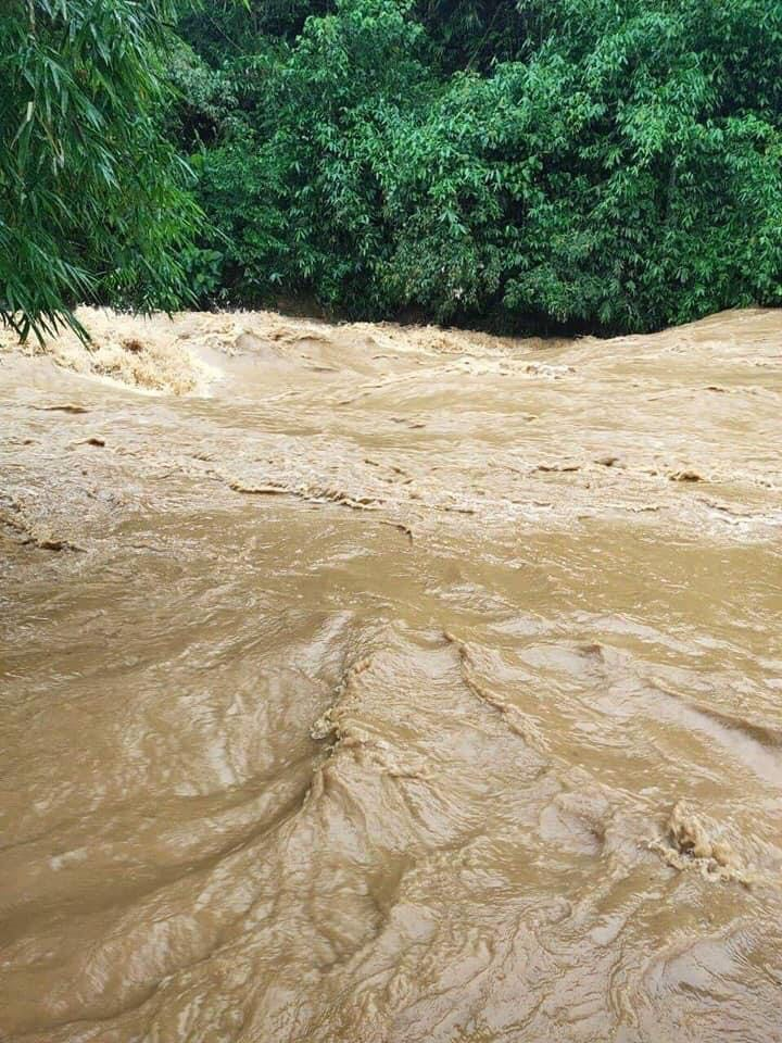 Mưa lớn không dứt, người dân Nghệ An trắng đêm chạy lũ, lên mạng cầu cứu, sáng ra nước đã ngập gần tới nóc nhà-2