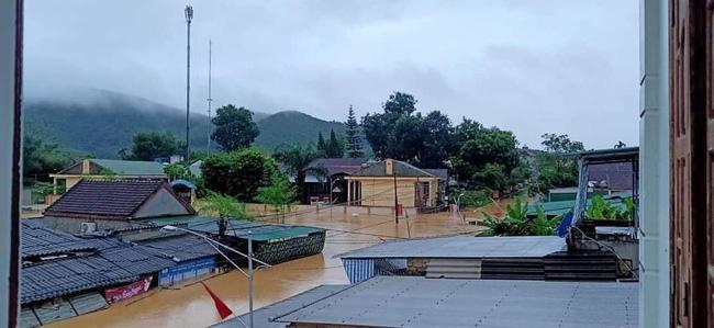 Mưa lớn không dứt, người dân Nghệ An trắng đêm chạy lũ, lên mạng cầu cứu, sáng ra nước đã ngập gần tới nóc nhà-17