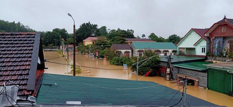 Mưa lớn không dứt, người dân Nghệ An trắng đêm chạy lũ, lên mạng cầu cứu, sáng ra nước đã ngập gần tới nóc nhà-18