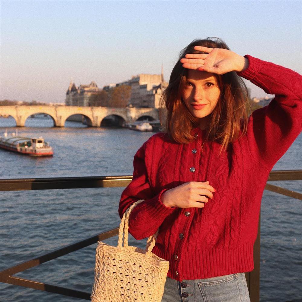 Áo len vặn thừng tái xuất, bỏ bùa gái Hàn đến gái Pháp: Các nàng có ngay 14 set đồ đẹp khỏi bàn với kiểu áo thô ráp này-15