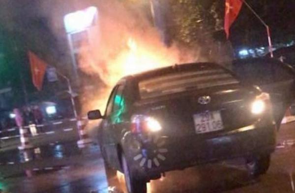 Lạng sơn: Ô tô bỗng dưng bốc cháy ngùn ngụt giữa phố
