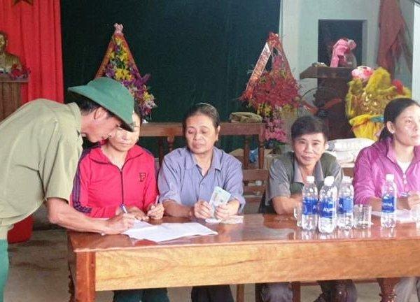 Một trưởng thôn bị hành hung vì lên danh sách ủng hộ lũ lụt