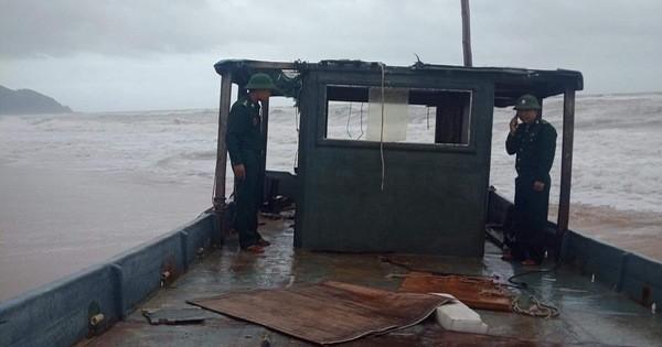 Thừa Thiên Huế: Phát hiện thuyền không có người trôi dạt vào vùng biển Lăng Cô
