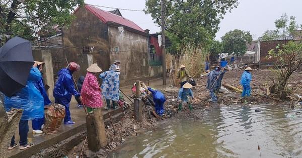 Quảng Bình: Đội mưa gió dọn rác sau lũ