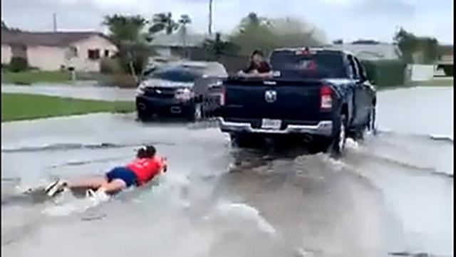 Cô gái liều mạng lướt ván bằng xe bán tải kéo khi bão Eta ''chết chóc'' đổ bộ Florida, Mỹ