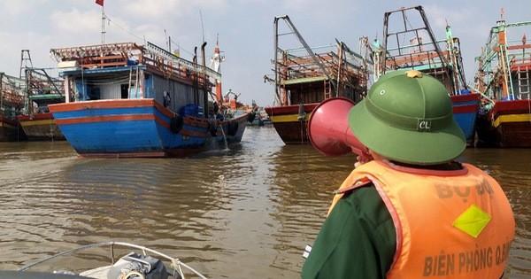 Quảng Bình: Kêu gọi tàu thuyền vào bờ tránh bão số 13