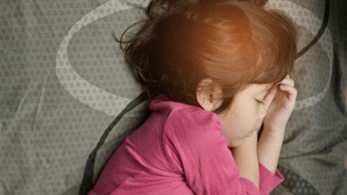 Bị viêm amidan, bé gái 2 tuổi tử vong trong khi ngủ