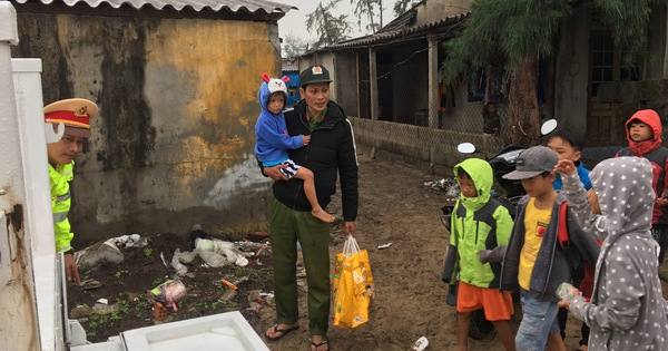 Thừa Thiên Huế, Quảng Trị: Người dân hối hả di dời đến nơi an toàn tránh bão