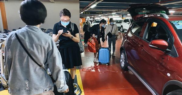 """Tân Sơn Nhất phân làn, hành khách và tài xế công nghệ mỏi mắt tìm nhau giữa các tầng ở nhà giữ xe: """"Chờ cả tiếng lại phải trả thêm 25.000 đồng"""