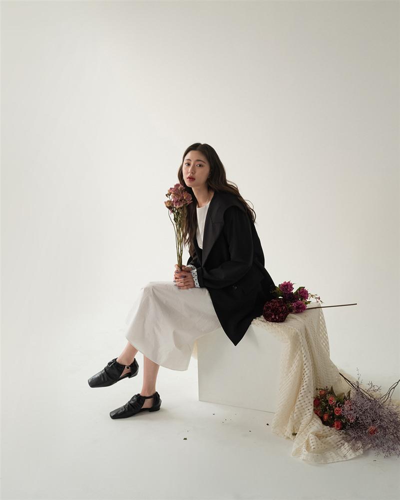 5 kiểu áo cứ khoác ngoài váy trắng là tạo nên set đồ xịn đẹp từ công sở ra phố-12