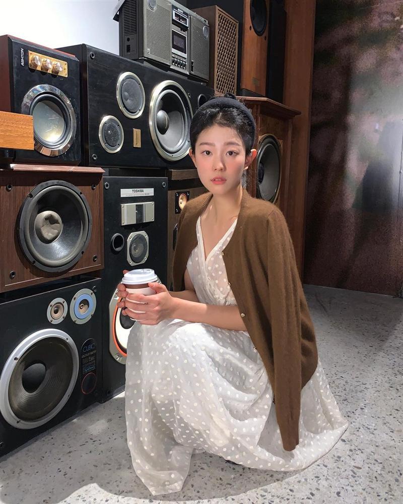 5 kiểu áo cứ khoác ngoài váy trắng là tạo nên set đồ xịn đẹp từ công sở ra phố-7
