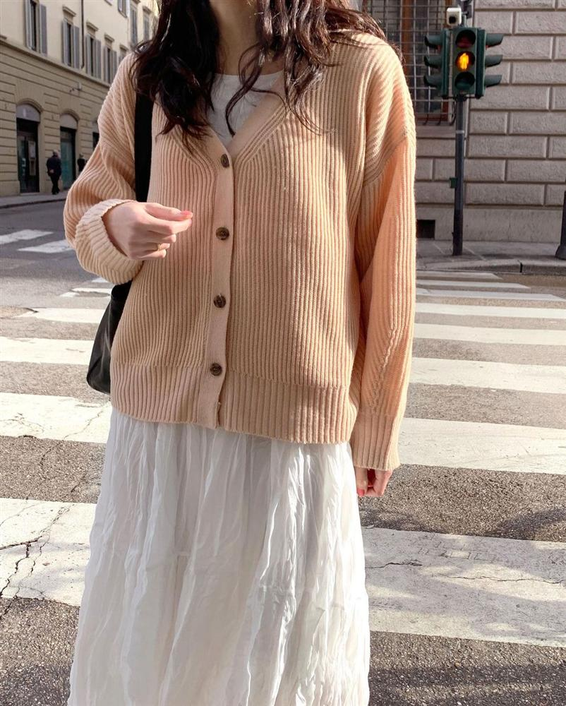 5 kiểu áo cứ khoác ngoài váy trắng là tạo nên set đồ xịn đẹp từ công sở ra phố-8