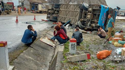 Xe khách giường nằm đâm vào lan can lúc rạng sáng, 2 người chết 10 người bị thương